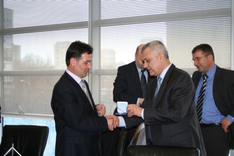 Predsjednik HAK-a Ivo Bikić uručuje poklon glavnom tajnika Cerkinu Dukoilu