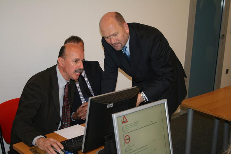 Rukovoditelj Sektora za vozače u HAK-u doc.dr.sc. Sinan Alispahić objašnjava gostima kako se polaže ispit iz prometnih pravila i sigurnosnih propisa na računalu