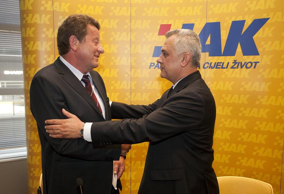 Dosadašnji predsjednik, g. Ivo Bikić prvi čestita novoizabranom predsjedniku HAK-a
