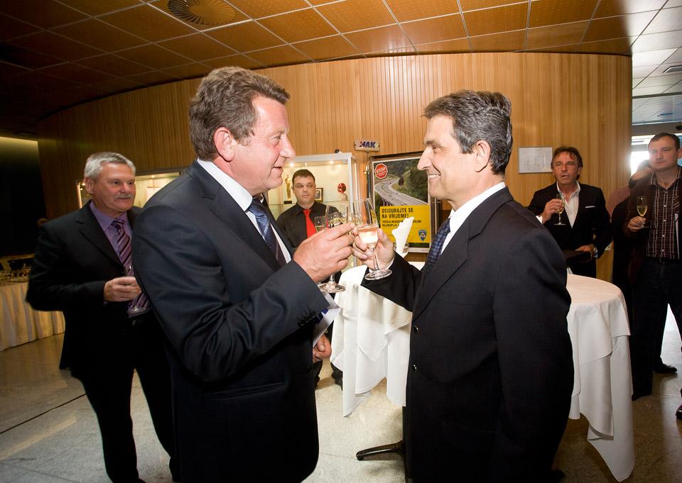 Predsjednik HAK-a, g. Slavko Tušek i predsjednik Hrvatskog sabora, g. Boris Šprem nazdravljaju na prigodnom domjenku