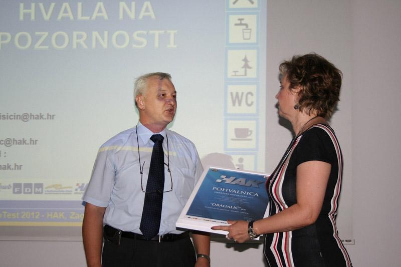Darko Brozović iz HAK-a uručuje pohvalnicu predstavnici Hrvatskih autocesta Daniri Čikari