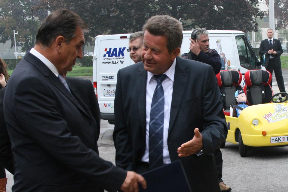 Predsjednik HAK-a, g. Slavko Tušek pokazuje HAK-ov simulator okretanja g. Radimiru Čačiću