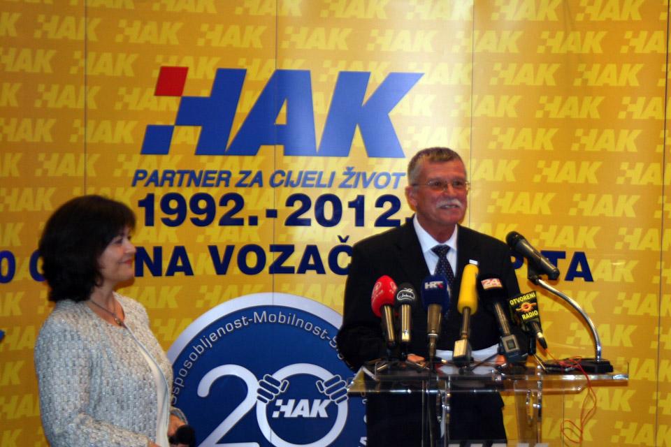Glavni tajnik CIECA-e, g. Tamás Hima, u obraćanju okupljenima na svečanosti te gđa Eva Kostevc, voditeljica međunarodnih poslova u HAK-u