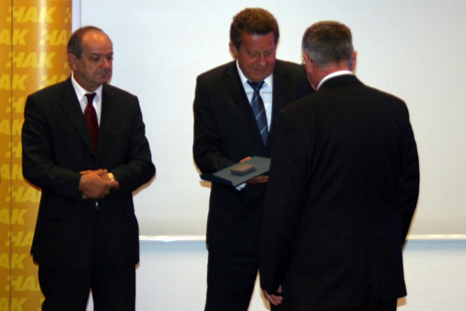 Zamjenik predsjednika HAK-a, dr. Marijan Ćurković (lijevo) i predsjednik HAK-a, g. Slavko Tušek (sredina) uručuju priznanje glavnom tajniku CIECA-e, g.Tamásu Himi