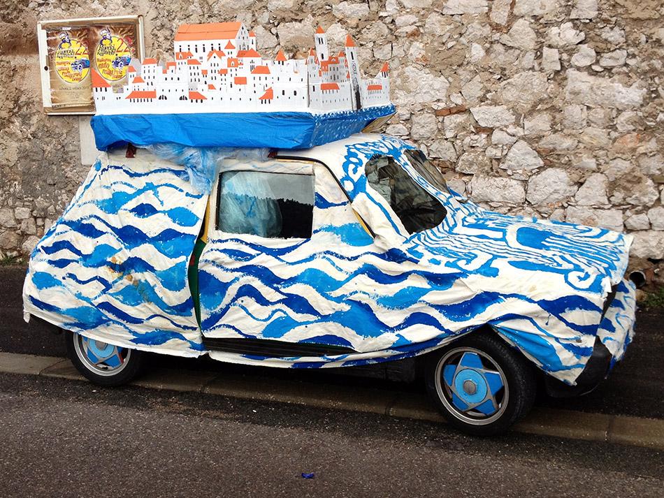 Maškarani auto rally Pariz - Bakar zaustavio kišu