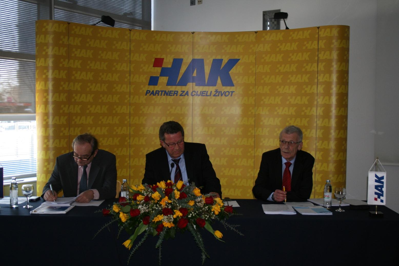 Predsjednik HAK-a g. Slavko Tušek sa zamjenikom dr.sc. Marijanom Ćurkovićem (lijevo) i glavnim tajnikom g. Zvonkom Šmukom (desno)
