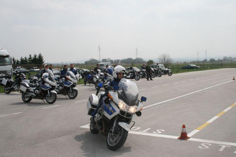 Policajci pokazuju kako se prolazi poligon
