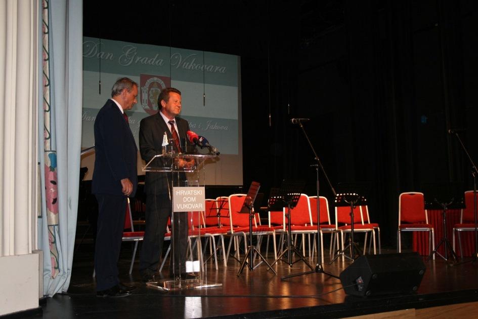G. Slavko Tušek obraća se nazočnima na sjednici Gradskoga vijeća Vukovara