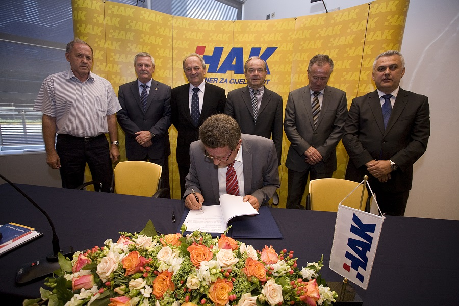 Predsjednik HAK-a g. Slavko Tušek potpisuje novi Statut