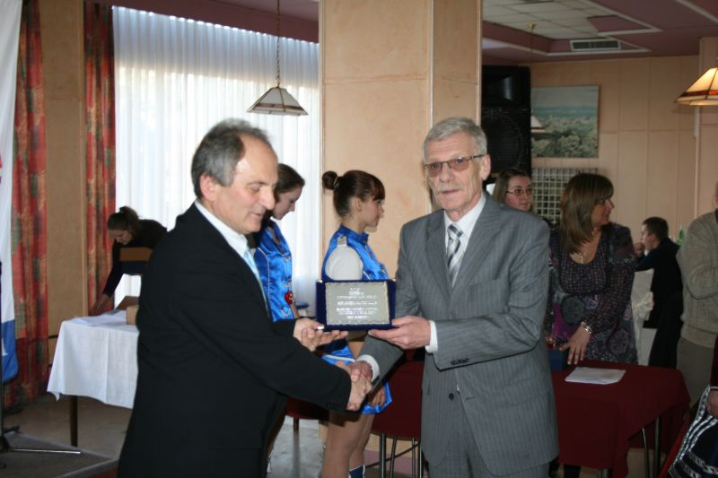 Tajnik AMK Križevci Stjepan Peršin uručuje nagradu glavnom tajniku HAK-a Zvonku Šmuku