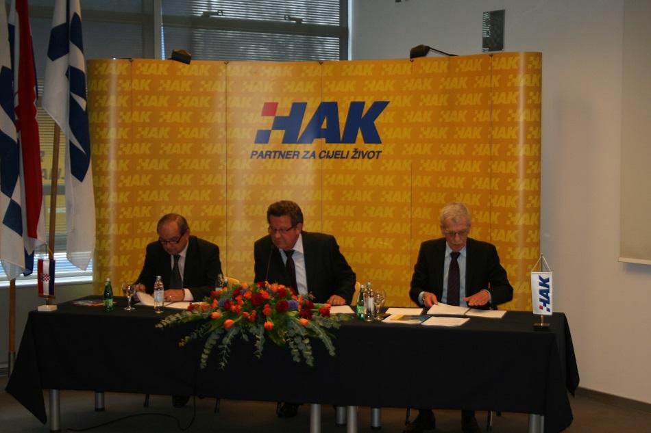 Predsjednik Hrvatskog autokluba g Slavko Tušek u sredini, zamjenik Predsjednika dr.sc. Marijan Ćurković lijevo i glavni tajnik Zvonko Šmuk desno