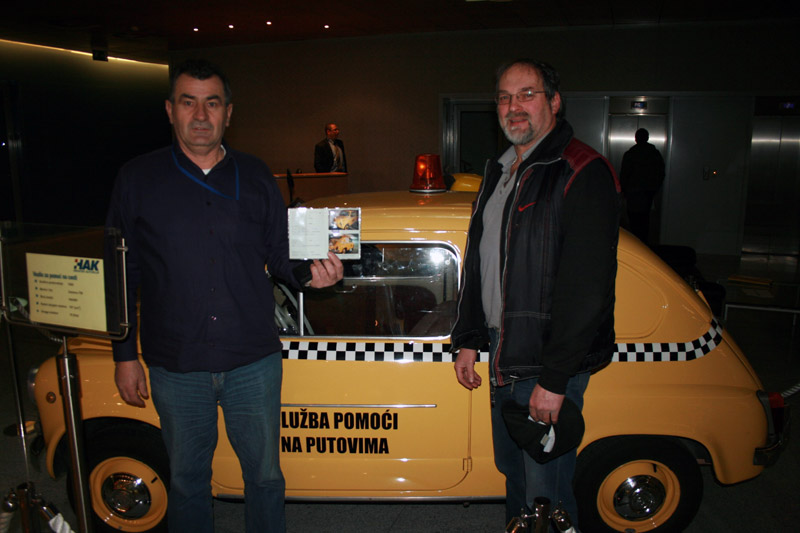 Instruktor tehničke pomoći u HAK-u, Zvonko Senjić s Davorom Kraljom, ovlaštenim kontrolorom za oldtimer vozila iz AK Krapina, u HAK-u