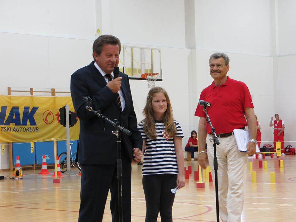 Predsjednik Hrvatskog autokluba Slavko Tušek s učenicom 1. b razreda Lanom Brtan otvara natjecanje u Zadru
