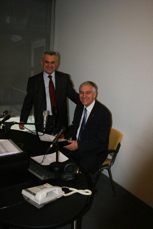 Predsjenik AMZS-a Danijel Starman za mjestom izvjestitelja o prometu u Kontaktom centru HAK-a