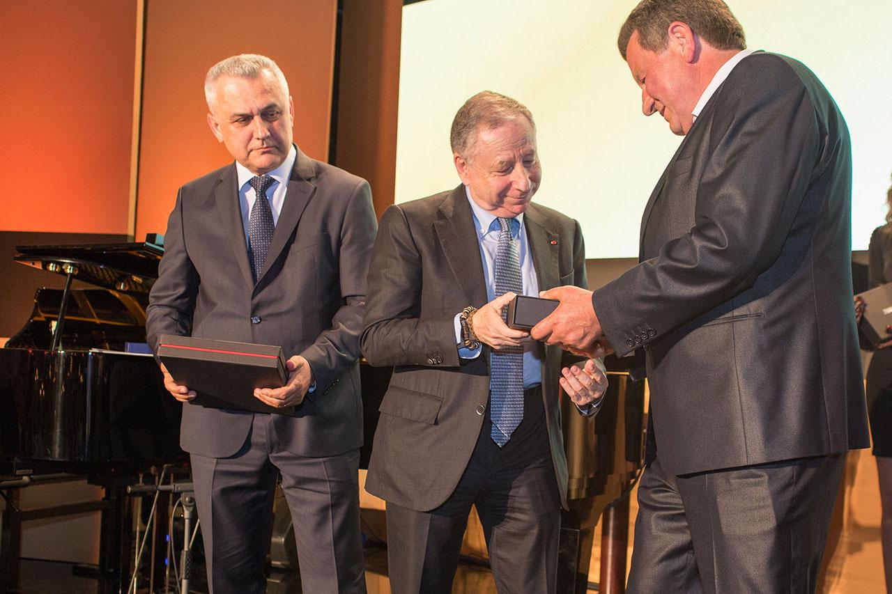 Predsjednik HAK-a g. Slavko Tušek uručuje priznanje HAK-a g. Jeanu Todtu, predsjedniku FIA-e; zamjenik predsjednika HAK-a Ivo Bikić u pozadini