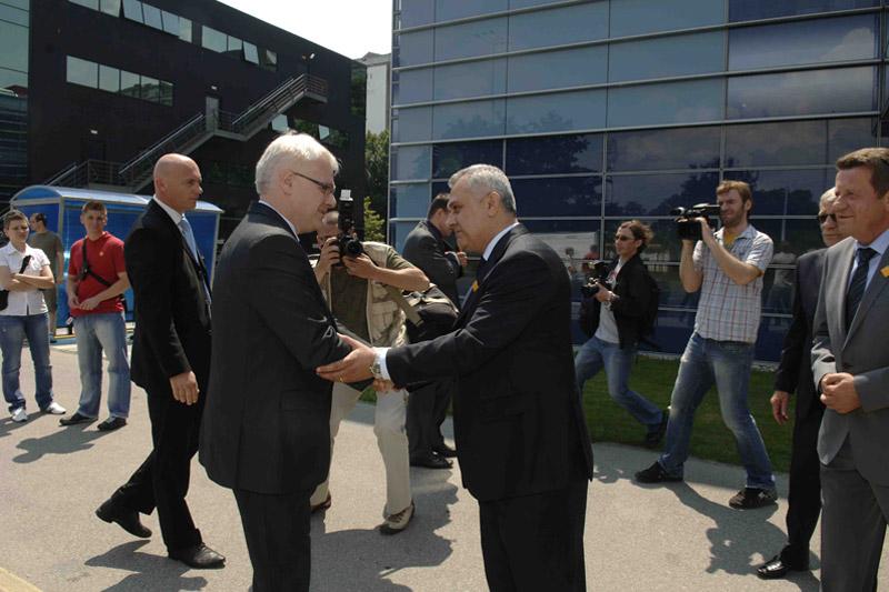 Delegacija HAK-a, na čelu s predsjednikom HAK-a, g. Ivom Bikićem, dočekuje predsjednika Josipovića ispred poslovne zgrade HAK-a