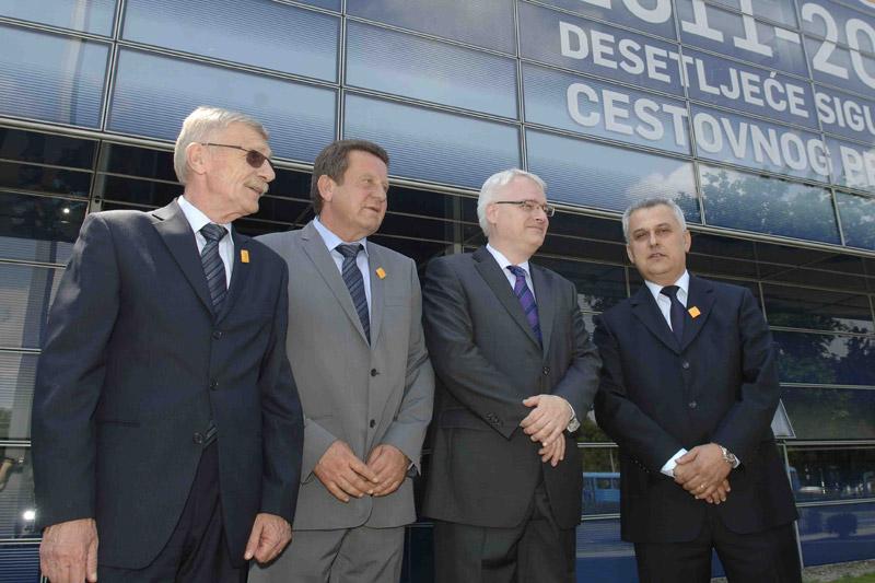 (slijeva) Zvonko Šmuk, glavni tajnik HAK-a, Slavko Tušek, zamjenik predsjednika HAK-a, dr. Ivo Josipović, predsjednik RH te Ivo Bikić, predsjednik HAK-a na zajedničkom fotografiranju ispred poslovne zgrade HAK-a