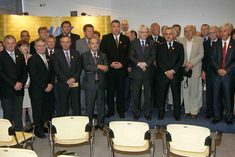 Okupljeni uzvanici na zajedničkom fotografiranju s predsjednikom RH