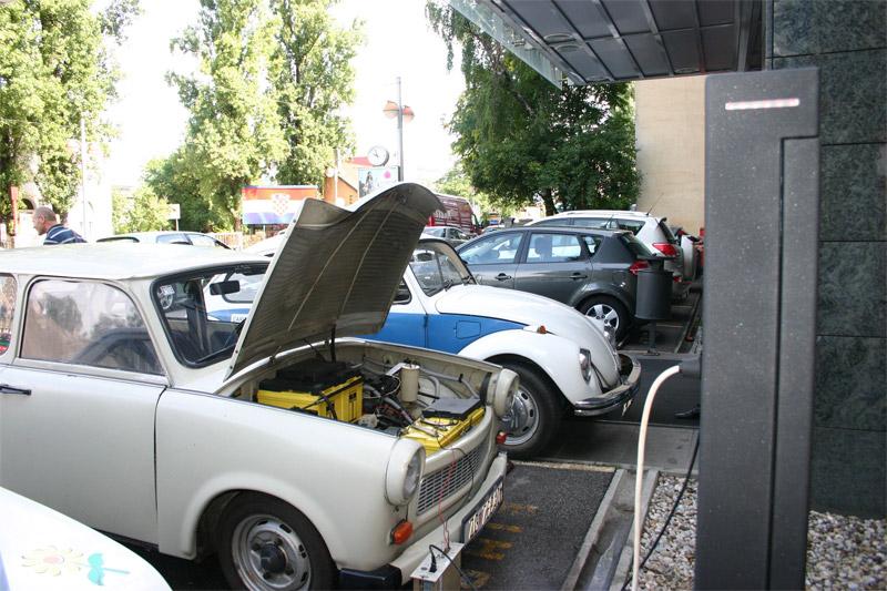 Prvi korisnici električnih vozila napunili su vlastita vozila na punionici ispred Energetskog instituta Hrvoje Požar