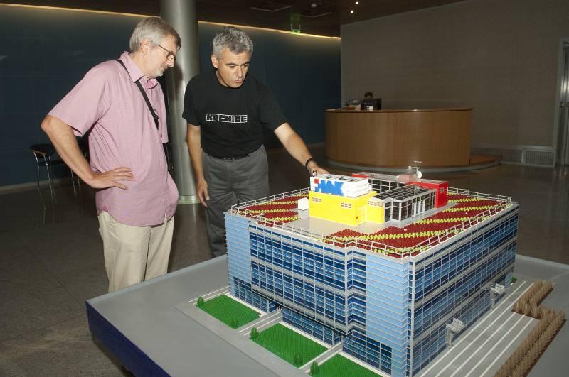 (slijeva) arhitekt zgrade HAK-a Djivo Dražić i Gordan Grgurić autor modela u HAK-u