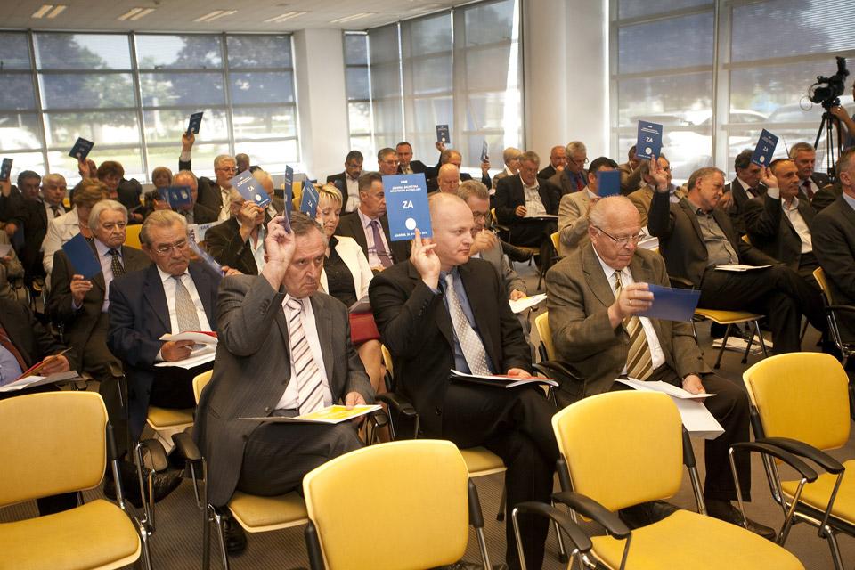 Članovi skupštine glasuju za izbor u radna tijela izborne skupštine