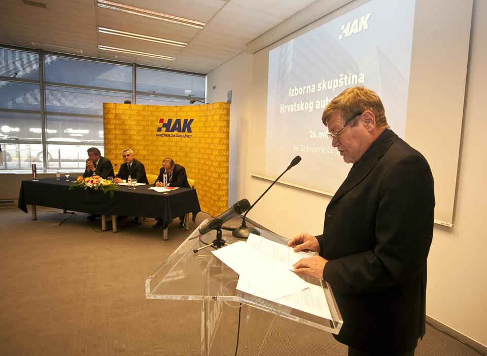 Predsjednik izborne komisije, g. Marijan Polašek čita rezultate izbora u tijela HAK-a