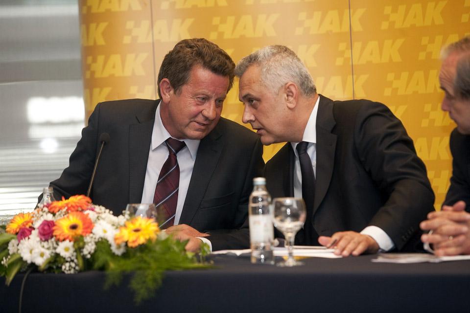 Novoizabrani predsjednik Hrvatskog autokluba, g. Slavko Tušek i Ivo Bikić, dosadašnji predsjednik HAK-a