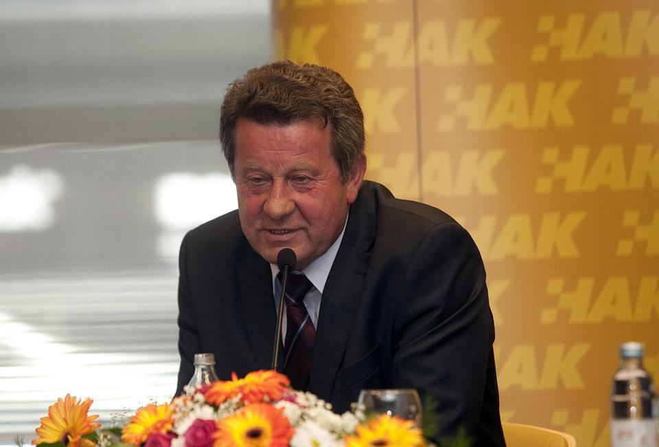 Novoizabrani predsjednik Hrvatskog autokluba, g. Slavko Tušek u kratkom obraćanju Skupštini