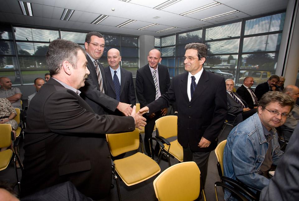 Okupljeni uzvanici pozdravljaju g. Šprema