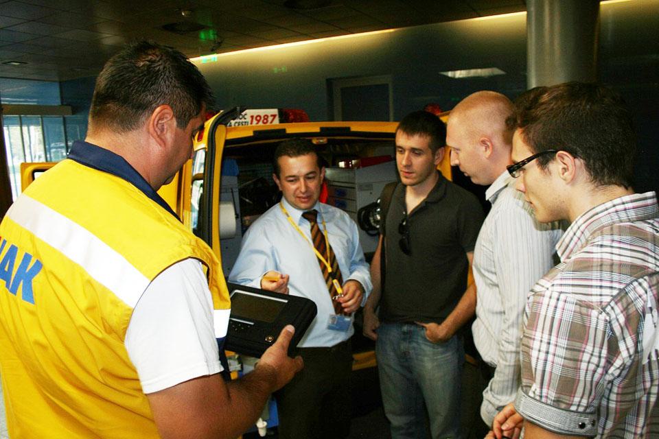 Gosti razgledaju novo vozilo pomoći na cesti HAK-a