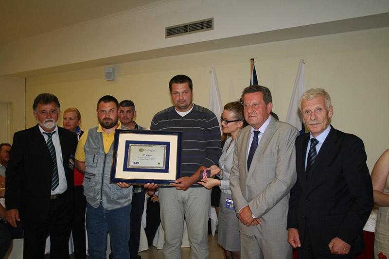Predstavnici HAK-a s najboljim hrvatskim mehaničarima koji su osvojili nagradu za 3. mjesto