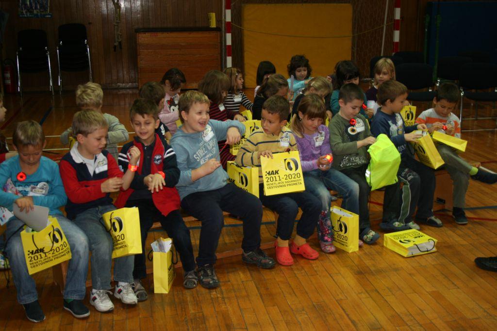 Djeca iz prvih razreda s poklonima HAK-a