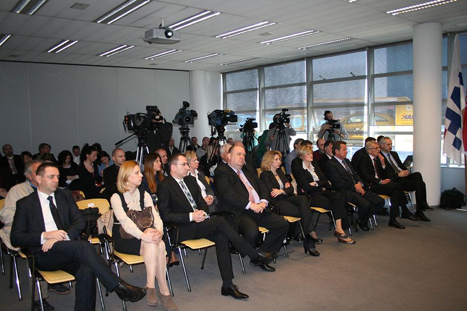Članovi uprava Euroherca, Jadranskog i HAK-a, te ostali okupljeni uzvanici i novinari na tiskovnoj konferenciji u HAK-u