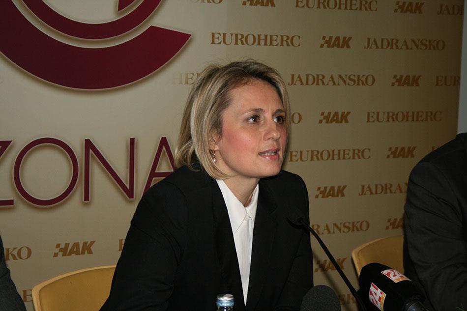 Gđa Anđelka Braica, direktorica Sektora prodaje Euroherc osiguranja, u uvodnom izlaganju u novom osigurateljskom proizvodu ZONA