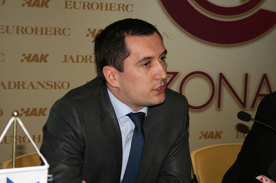 G. Nino Pavić, direktor Sektora prodaje Jadranskog osiguranja, predstavlja prava pomoći na cesti za korisnike kartice ZONA