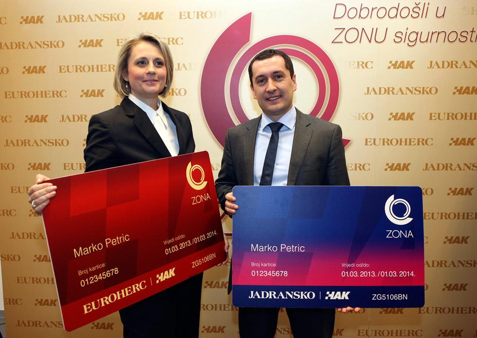 Gđa Anđelka Braica, direktorica Sektora prodaje Euroherc osiguranja i g. Nino Pavić, direktor Sektora prodaje Jadranskog osiguranja, uz model kartice ZONA