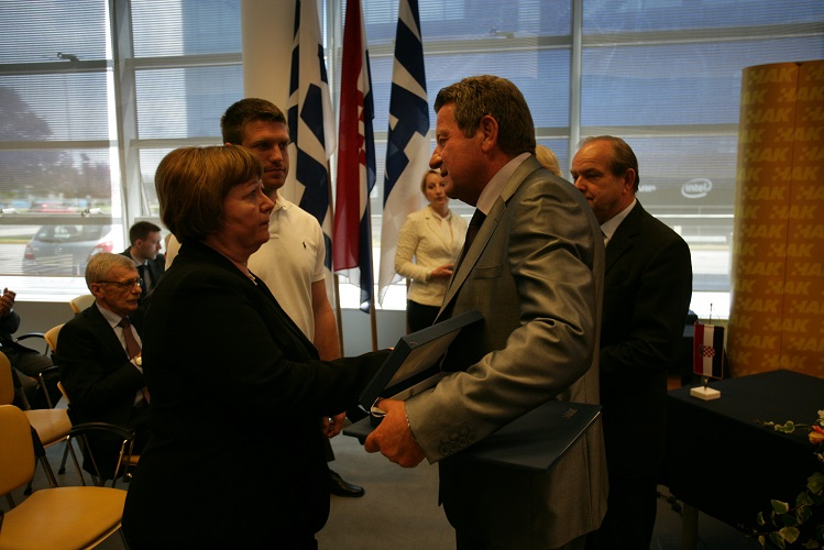 Predsjednik HAK-a g. Slavko Tušek uručuje nagradu za životno djelo obitelji preminulog g. Borisa Šprema