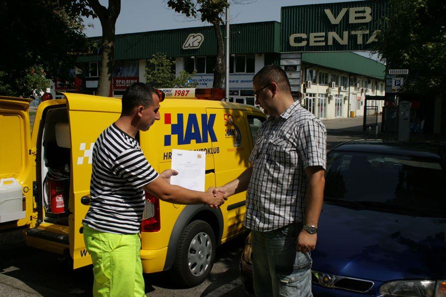 Mario Markić iz Zagreba kao jubilarni korisnik HAK-ove usluge pomoći na cesti dobiva i nagradno članstvo