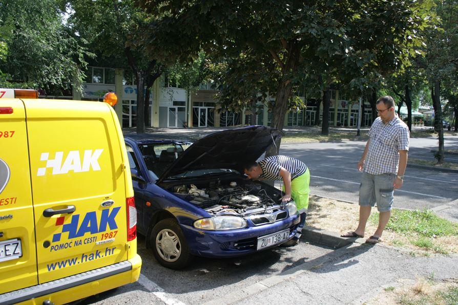 Mehaničar HAK-a oklanja kvar na jubilarnoj intervenciji