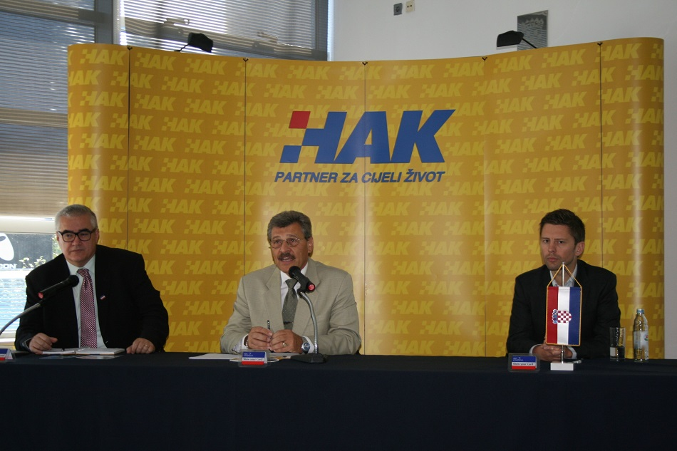 (slijeva) Zdravko Zemljić, koordinator sustava Show your Card! u HAK-u, Nenad Zuber - rukovoditelj sektora članstva u HAK-u i Olivier Vanparrys u Hrvatskom autoklubu