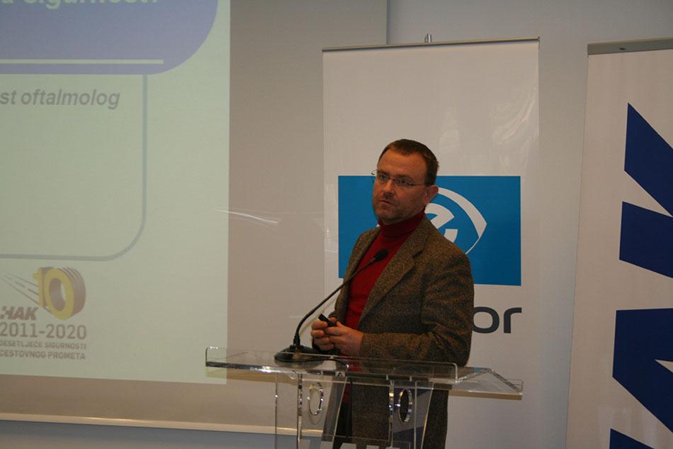 Primarijus dr.sc. Igor Petriček, specijalist oftalmolog sa Klinike za očne bolesti KBC Zagreb