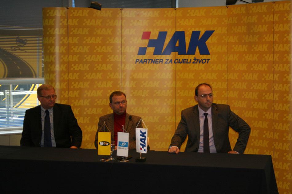 Damir Novak iz HAK-a , primarijus dr.sc. Igor Petriček i Davor Mihaljević iz tvrtke Essilor u Hrvatskom autoklubu
