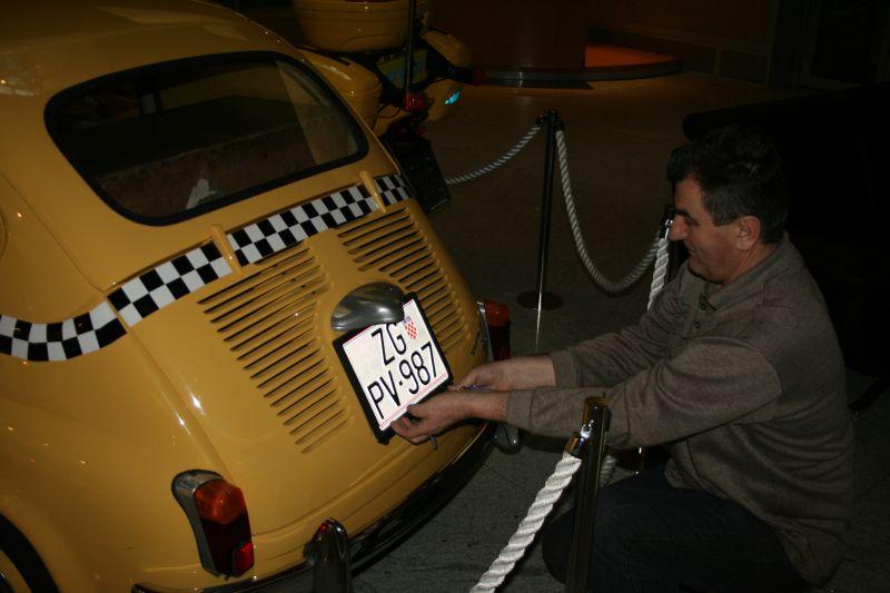 Instruktor tehičke pomoći u HAK-u, Zvonko Senjić, postavlja tablice na oldtimera