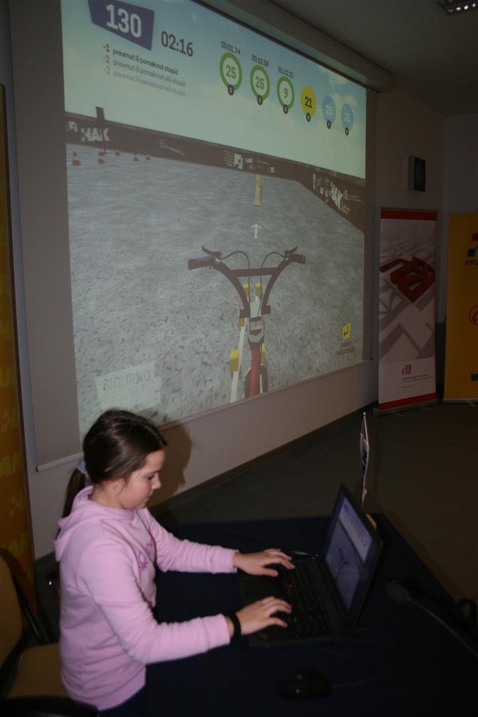 Učenica isprobava novu aplikaciju