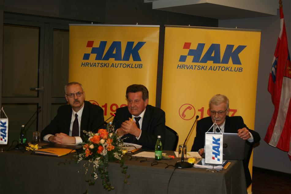 (slijeva) Zamijenik glavnog tajnika HAK-a Željko Mijatović, predsjednik HAK-a Slavko Tušek i glavni tajnik HAK-a Zvonko Šmuk