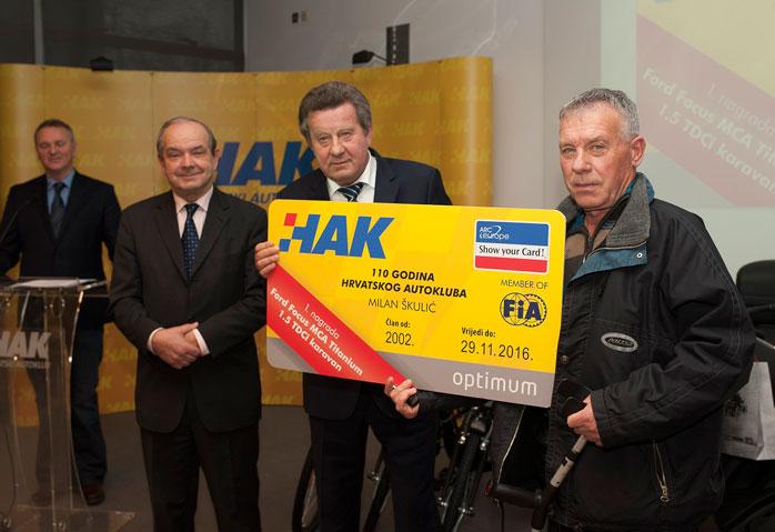 Gospodin Slavko Tušek i dr. sc. Marijan Ćurković uručuju nagradu g. Milanu Škuliću