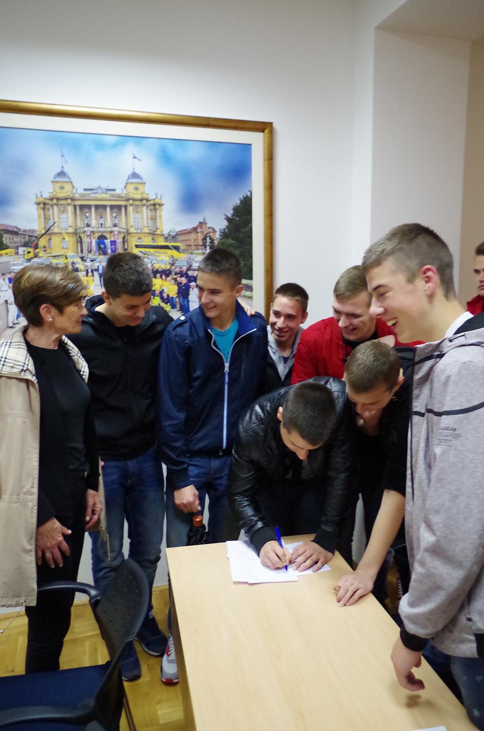 Učenici potpisuju Deklaraciju UN-a