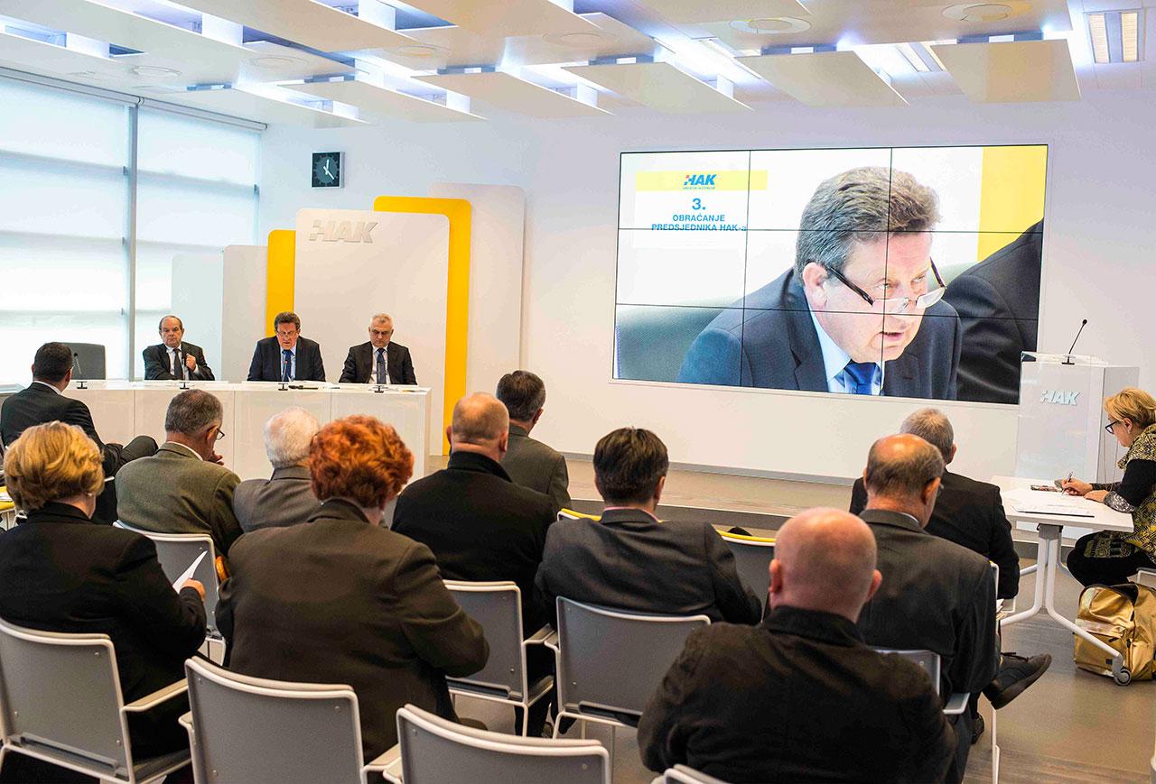 Predsjednik Hrvatskog autokluba Slavko Tušek obraća se nazočnim članovima Skupštine na početku izborne sjednice