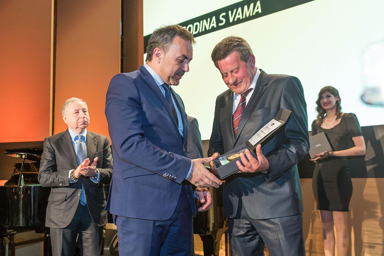 Predsjednik HAK-a g. Slavko Tušek uručuje priznanje HAK-a Vladi Republike Hrvatske g. Vlahi Orepiću, osobnom izaslaniku Predsjednika Vlade RH i ministru unutarnjih poslova