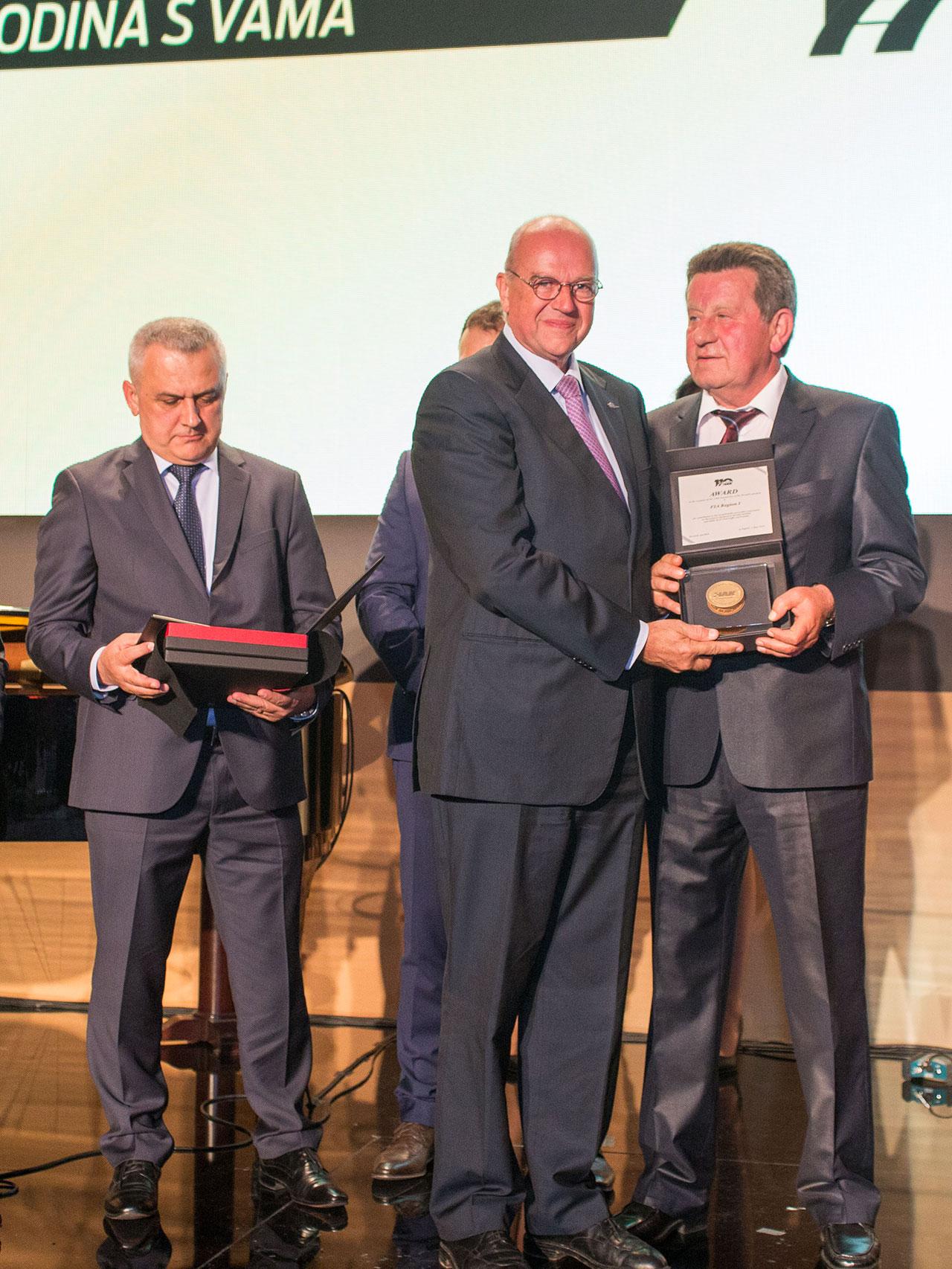 Predsjednik HAK-a g. Slavko Tušek uručuje priznanje HAK-a g. Thierryju Willemarcku, predsjedniku FIA regije I; zamjenik predsjednika HAK-a Ivo Bikić u pozadini